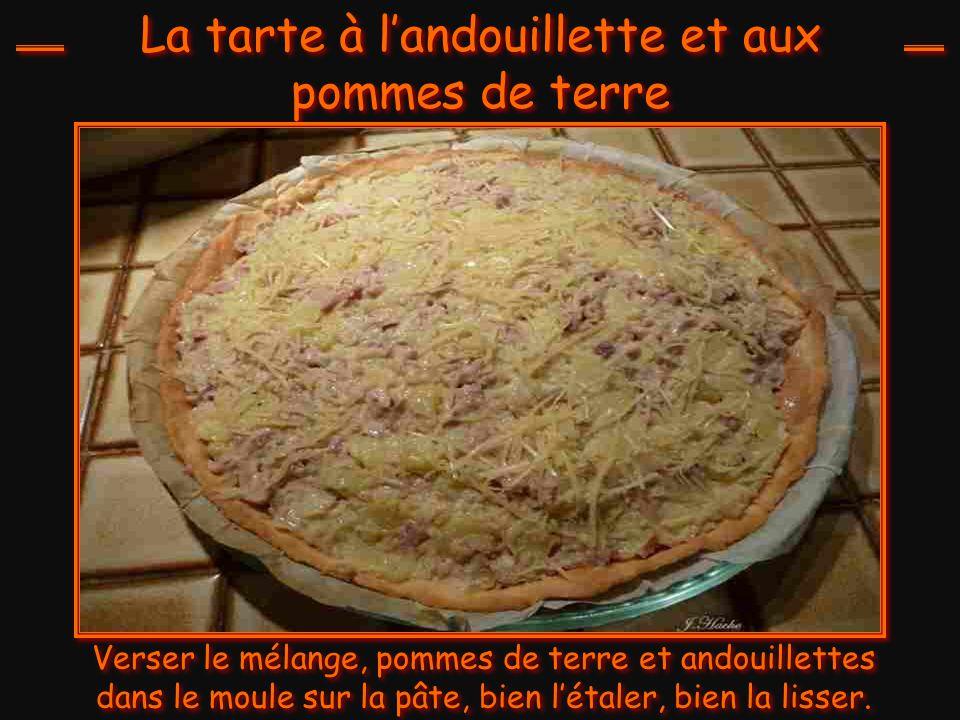 La tarte à l'andouillette et aux pommes de terre Dans un moule à tarte, étaler la pâte brisée, remonter les bords, piquer la pâte et cuire à 180° 20 m