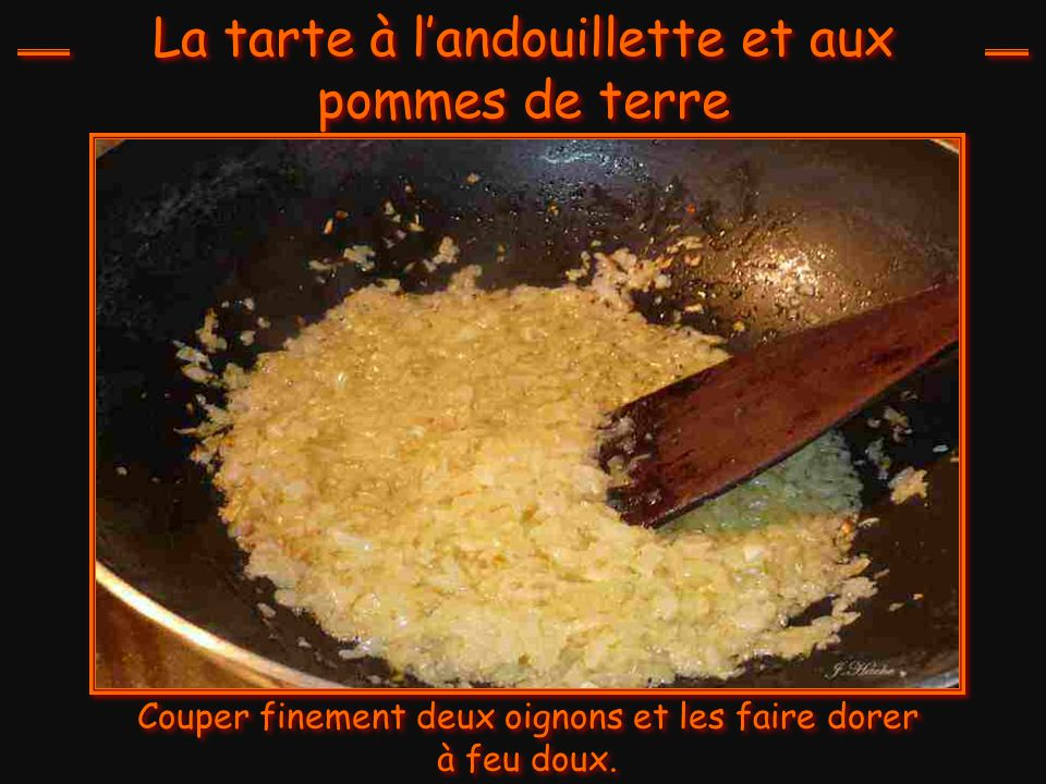 La tarte à l'andouillette et aux pommes de terre Couper finement deux oignons et les faire dorer à feu doux.