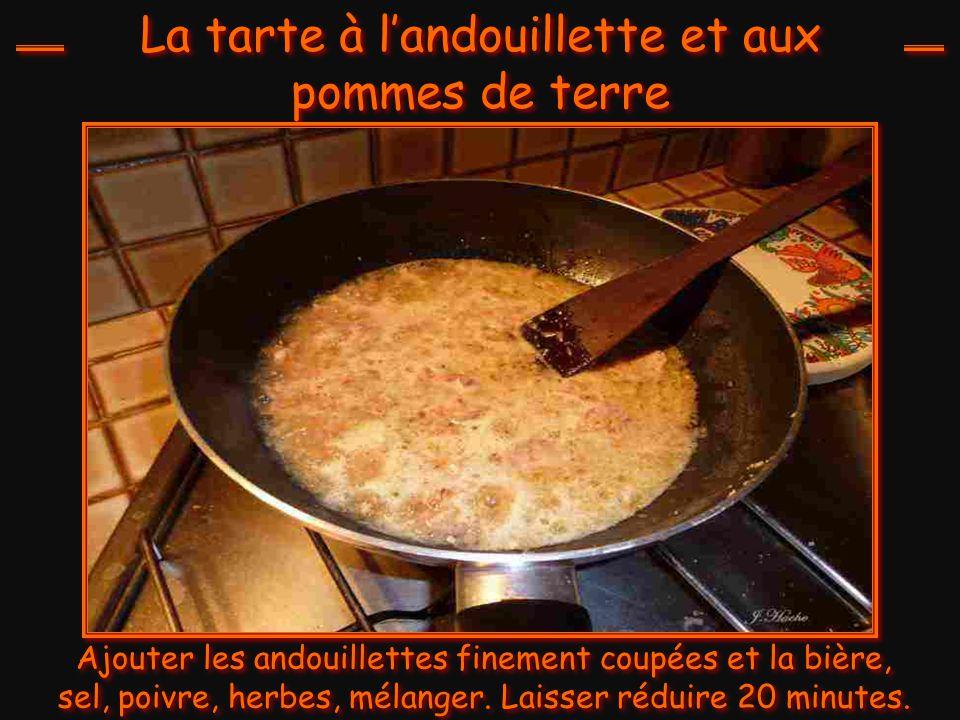 La tarte à l'andouillette et aux pommes de terre Ajouter les andouillettes finement coupées et la bière, sel, poivre, herbes, mélanger.