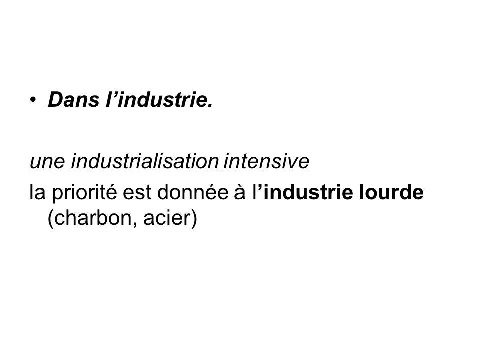 Dans l'industrie. une industrialisation intensive la priorité est donnée à l'industrie lourde (charbon, acier)