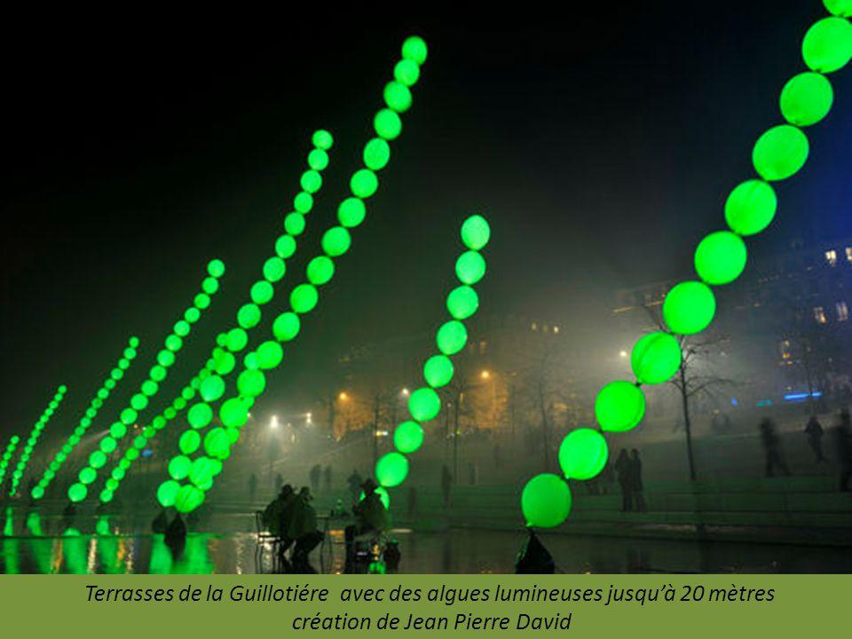 La foule sur la place des Terreaux. 3 millions de visiteurs prévus pour la Fête