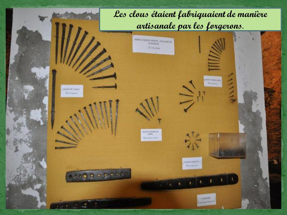 Les clous étaient fabriquaient de manière artisanale par les forgerons.