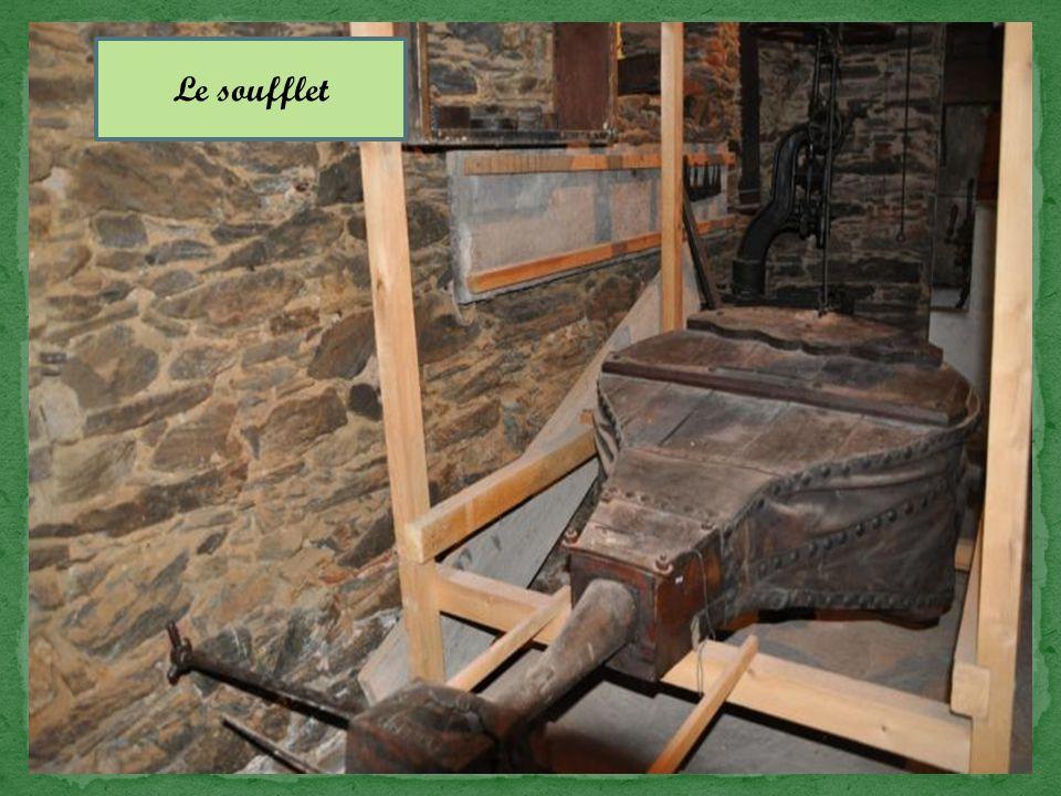 Proprement dite elle est constituée du foyer réfractaire et d'un grand soufflet pour activer la combustion du charbon.
