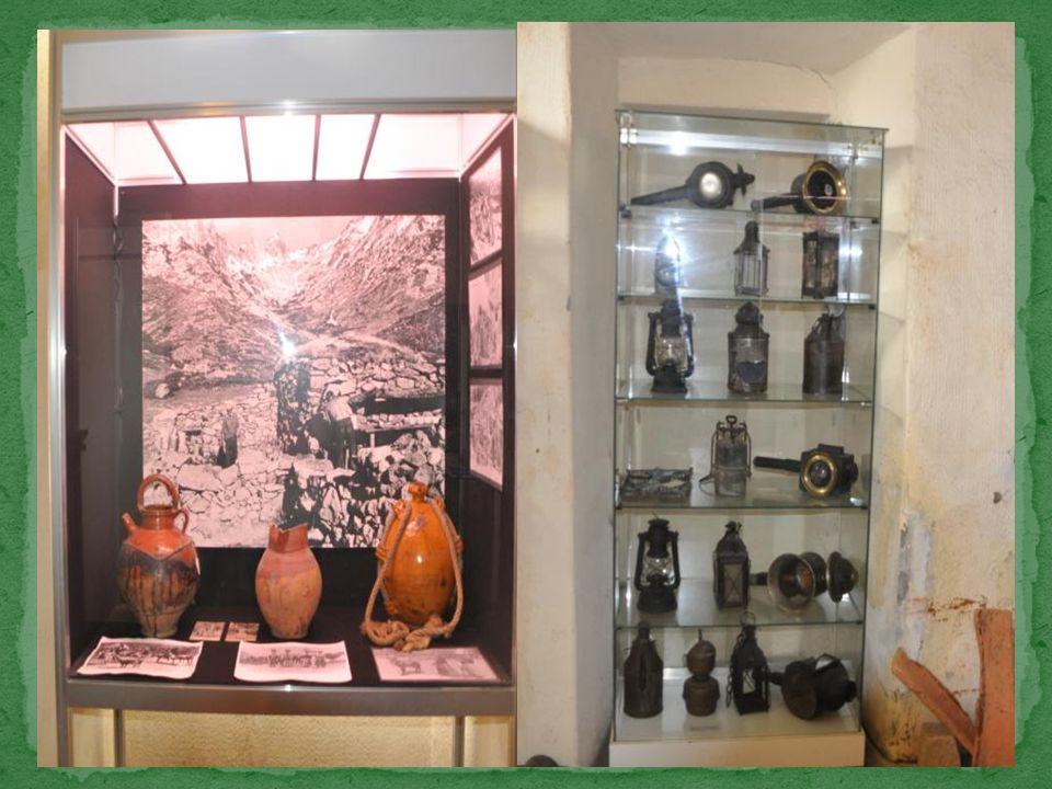Quelques lanternes, lampes à acétylène ou veilleuses sont rassemblées dans une vitrine.