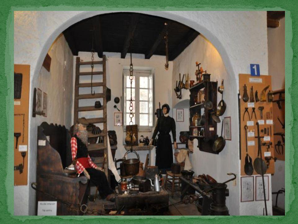 Est un élément très important de l'habitation traditionnelle puisqu'elle est à la fois cuisine et salle commune.