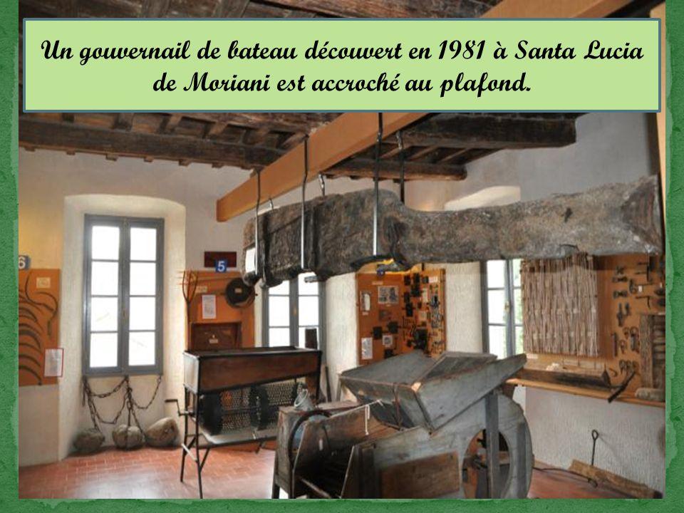 Un gouvernail de bateau découvert en 1981 à Santa Lucia de Moriani est accroché au plafond.
