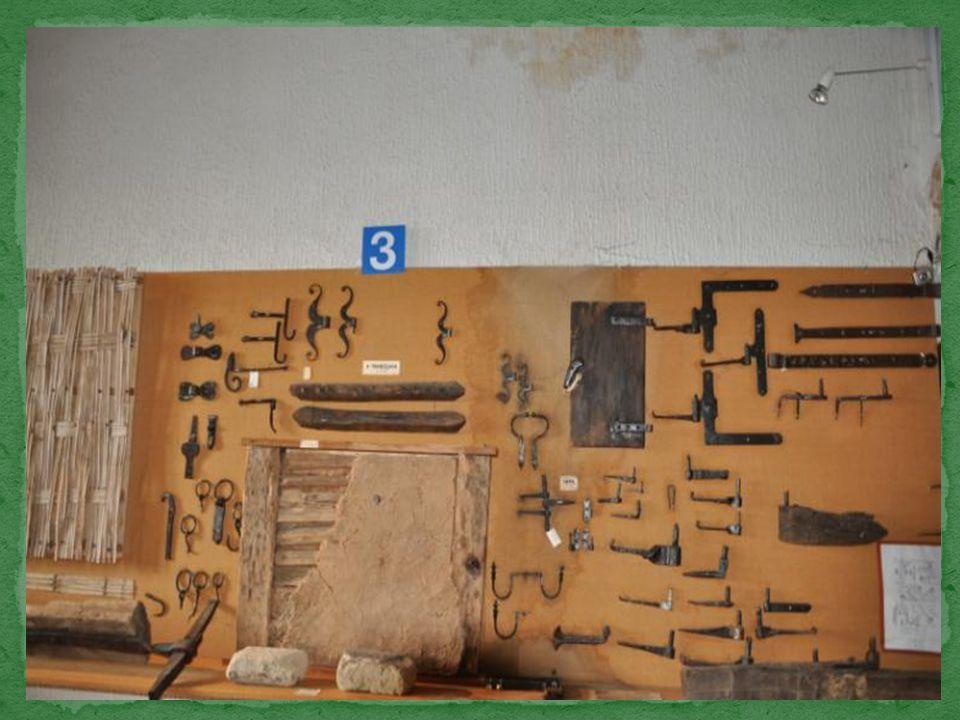 Des reproductions de serrures en bois, en coupe afin d'en montrer le principe de fonctionnement.