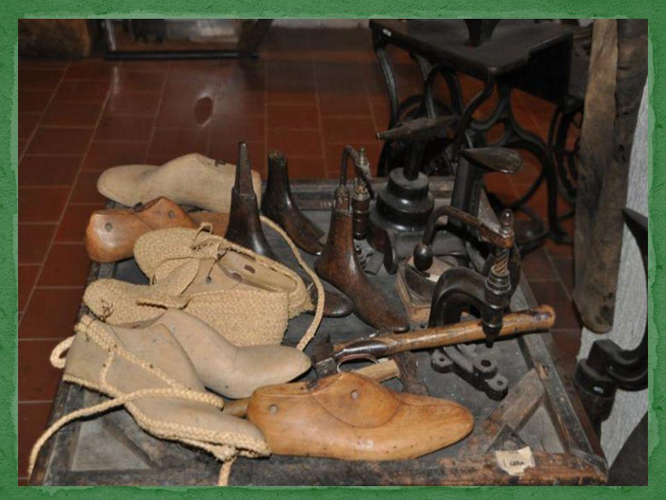 Les outils traditionnels du cordonnier, fixé sur le pilier central avec certain nombre d'autres objets.