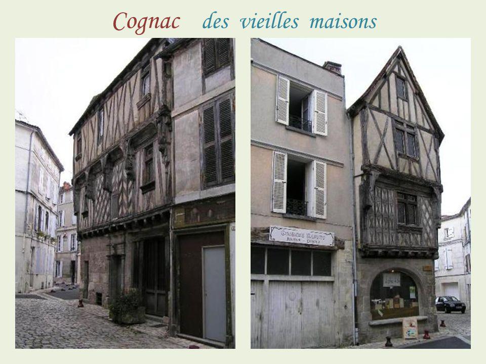 Vieille maison, Salamandre Cognac La mairie …… au dessus du porche façade sud …………………fa………………