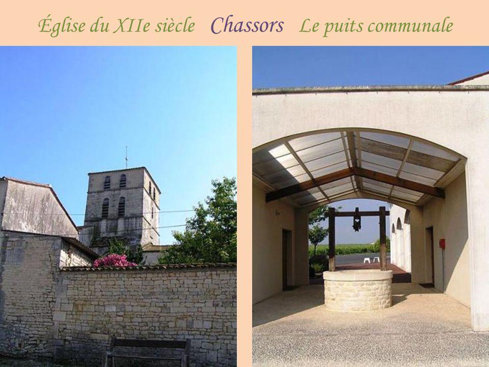 La place de l'église, le Saint-Brice Le dolmen de la château du XVIe siècle vache à Garde-Épée