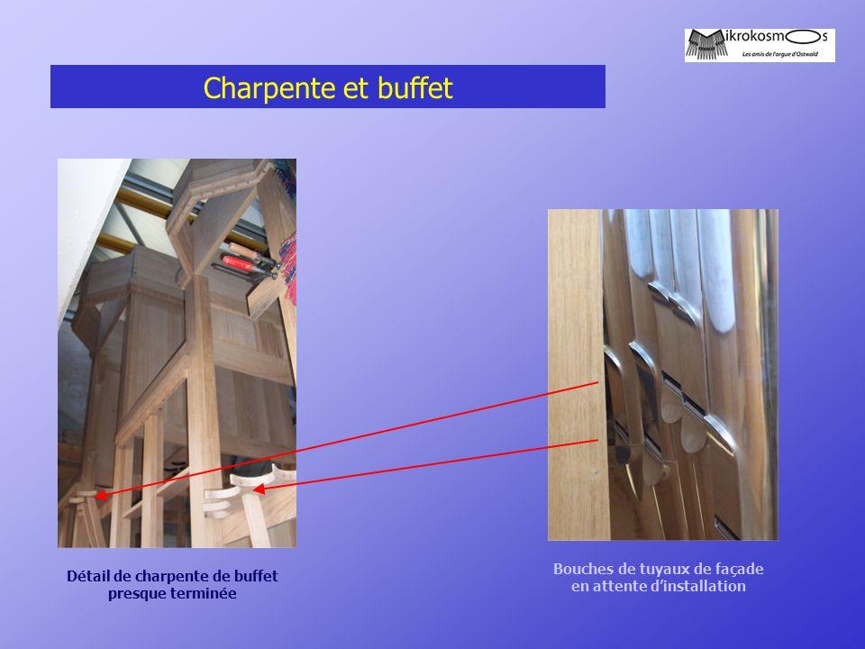 Charpente et buffet Bouches de tuyaux de façade en attente d'installation Détail de charpente de buffet presque terminée