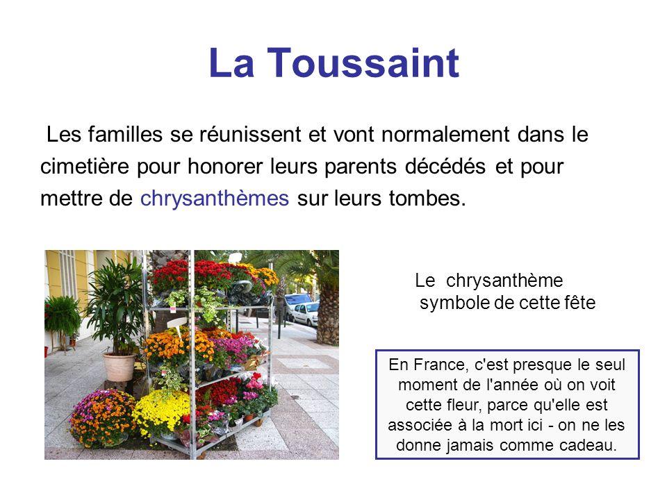 La Toussaint Les familles se réunissent et vont normalement dans le cimetière pour honorer leurs parents décédés et pour mettre de chrysanthèmes sur l