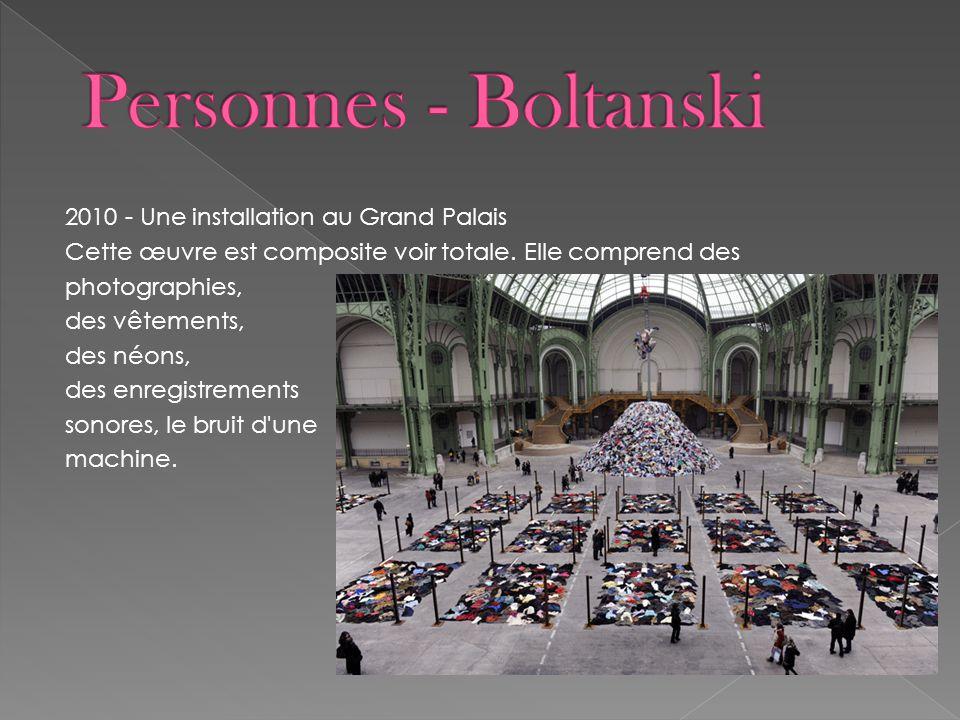 2010 - Une installation au Grand Palais Cette œuvre est composite voir totale. Elle comprend des photographies, des vêtements, des néons, des enregist