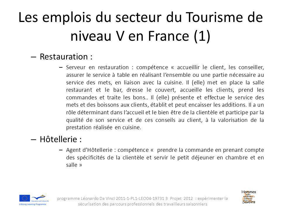 Les emplois du secteur du Tourisme de niveau V en France (1) – Restauration : – Serveur en restauration : compétence « accueillir le client, les conseiller, assurer le service à table en réalisant l'ensemble ou une partie nécessaire au service des mets, en liaison avec la cuisine.