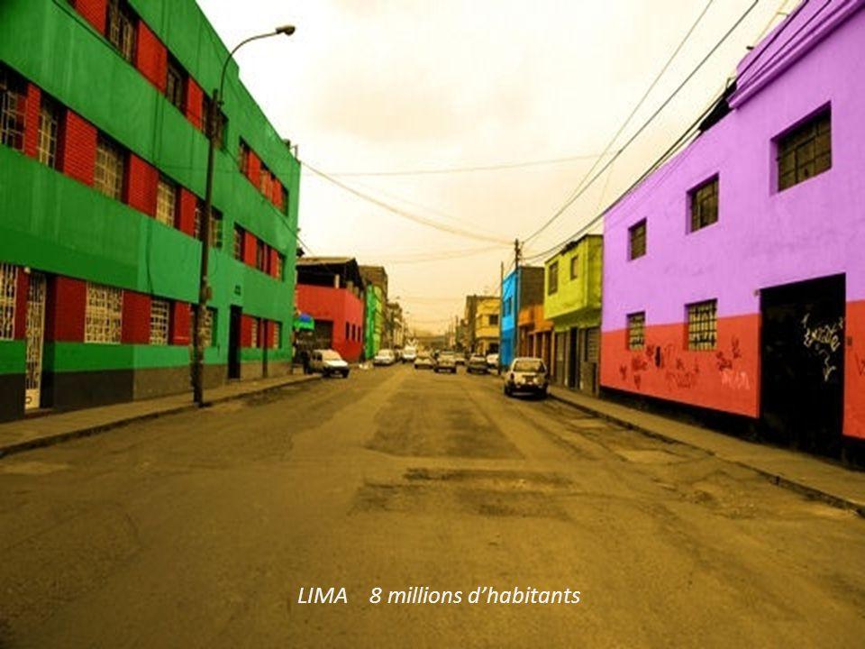 Photo de jeunes péruviens Et le tissage des textiles très colorés