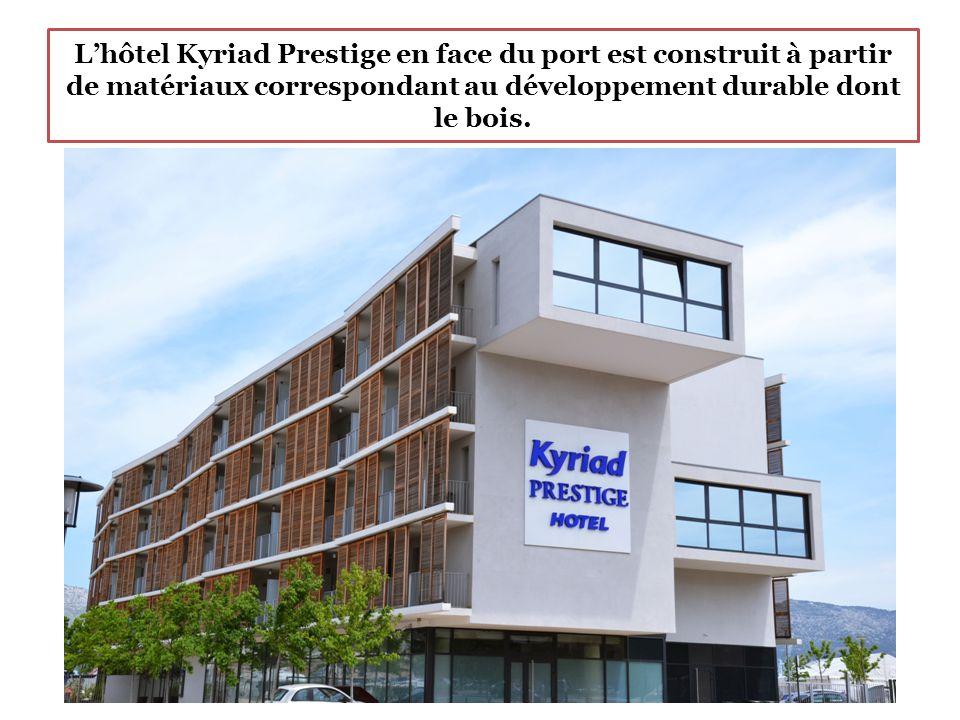 L'hôtel Kyriad Prestige en face du port est construit à partir de matériaux correspondant au développement durable dont le bois.