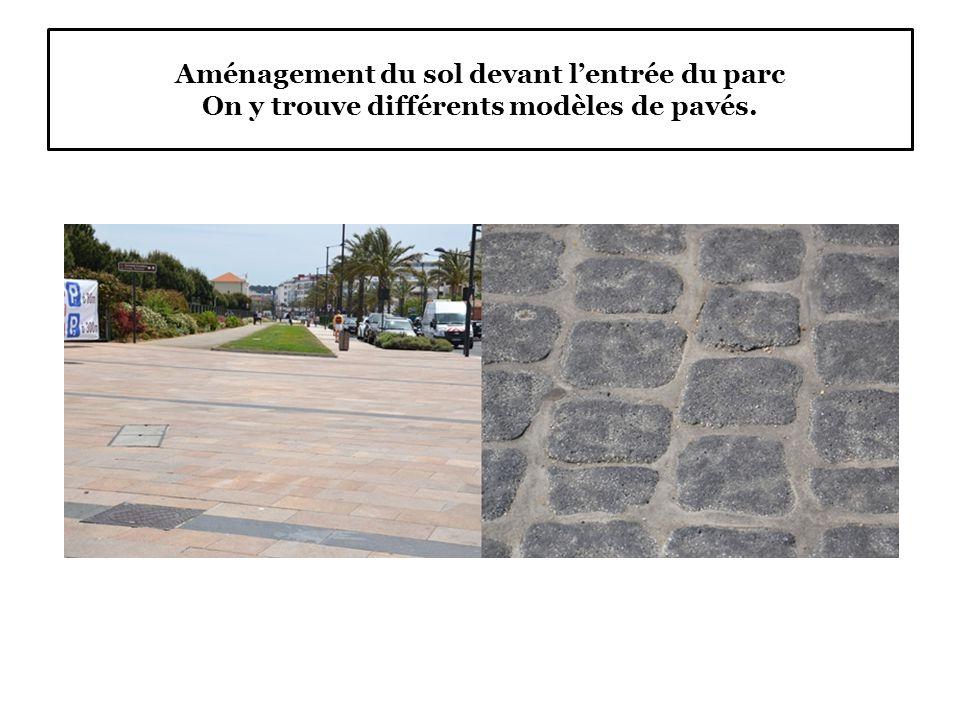 Aménagement du sol devant l'entrée du parc On y trouve différents modèles de pavés.