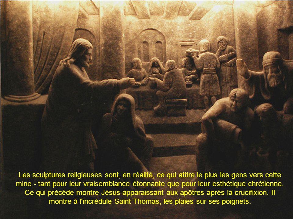 Les sculptures religieuses sont, en réalité, ce qui attire le plus les gens vers cette mine - tant pour leur vraisemblance étonnante que pour leur esthétique chrétienne.