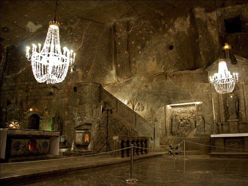 Étonnamment, même les lustres de la cathédrale sont faits de sel.
