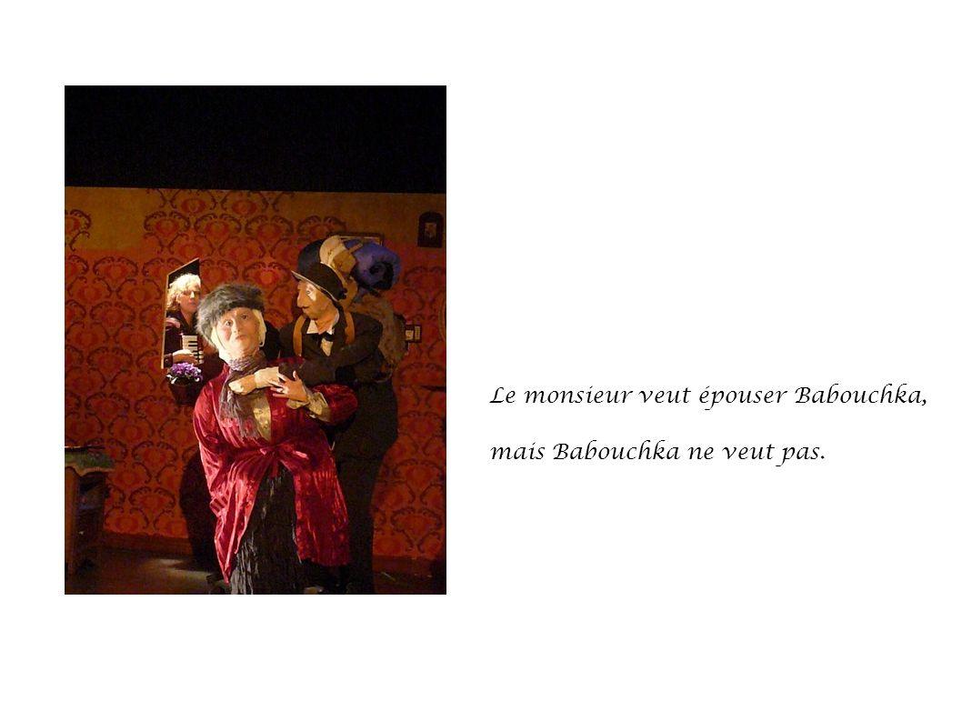 Le monsieur veut épouser Babouchka, mais Babouchka ne veut pas.