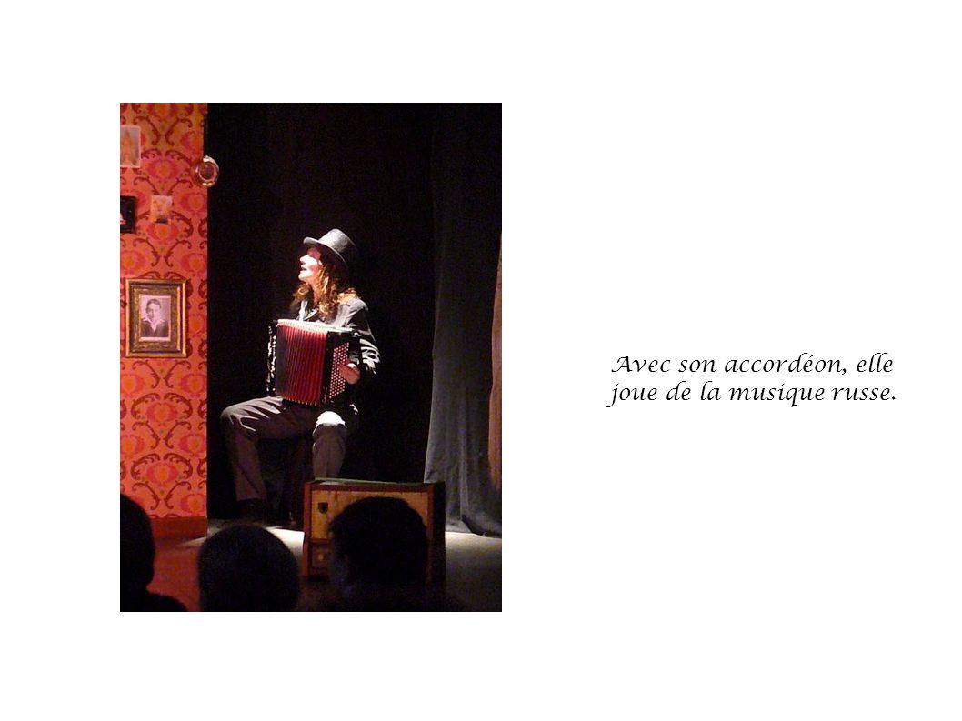 L accordéon a réveillé Babouchka. Sa petite fille raconte son histoire.