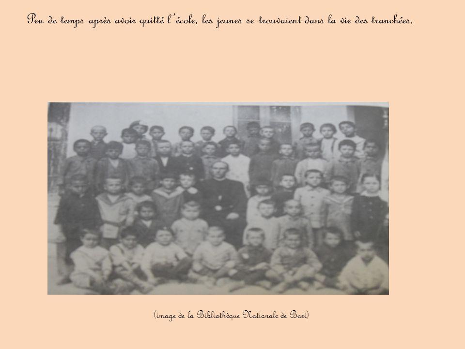 Peu de temps après avoir quitté l'école, les jeunes se trouvaient dans la vie des tranchées. (image de la Bibliothèque Nationale de Bari)