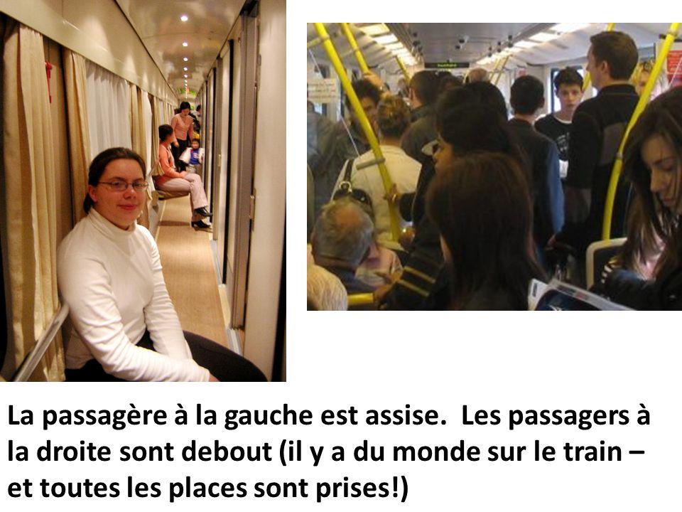 La passagère à la gauche est assise. Les passagers à la droite sont debout (il y a du monde sur le train – et toutes les places sont prises!)