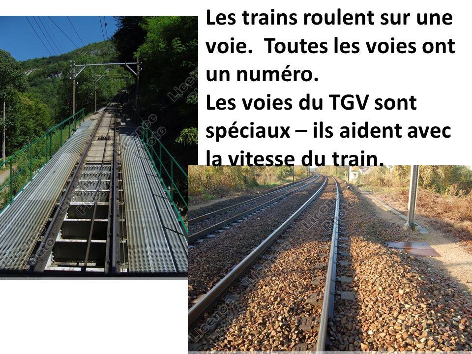 Les trains roulent sur une voie. Toutes les voies ont un numéro. Les voies du TGV sont spéciaux – ils aident avec la vitesse du train.