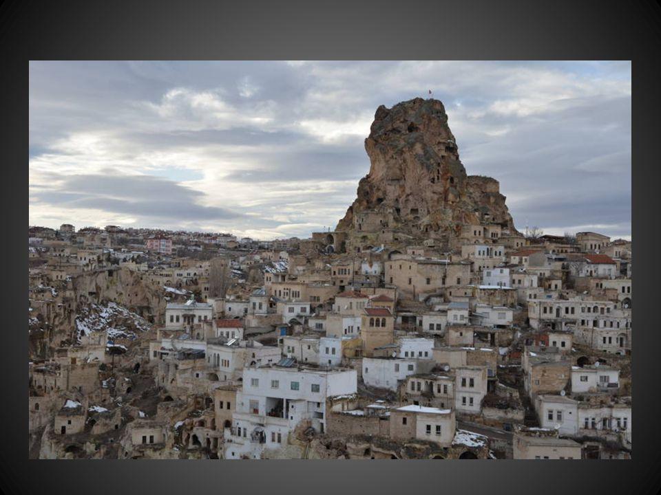 La ville Gorème (2500 habitants) truffée de grottes et de sanctuaires constitue site humain unique où l'homme a exploité les résultats d'une érosion spectaculaire.