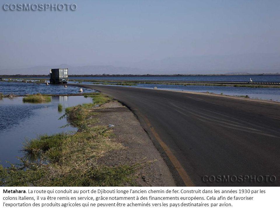 Metahara.La route qui conduit au port de Djibouti longe l ancien chemin de fer.