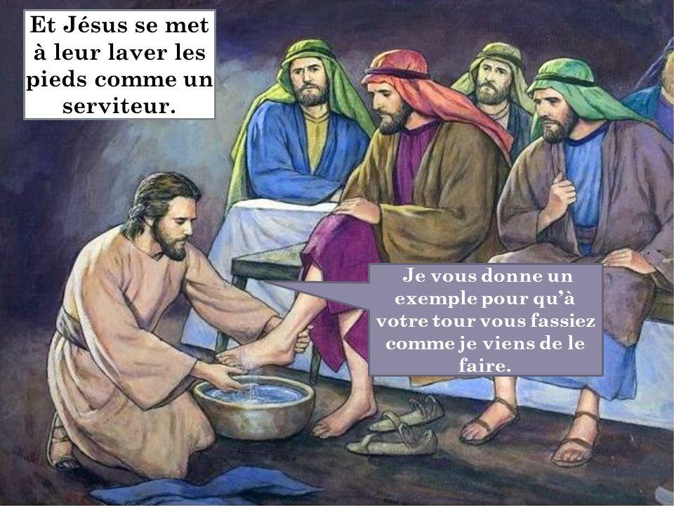 Je vous donne un exemple pour qu'à votre tour vous fassiez comme je viens de le faire. Et Jésus se met à leur laver les pieds comme un serviteur.