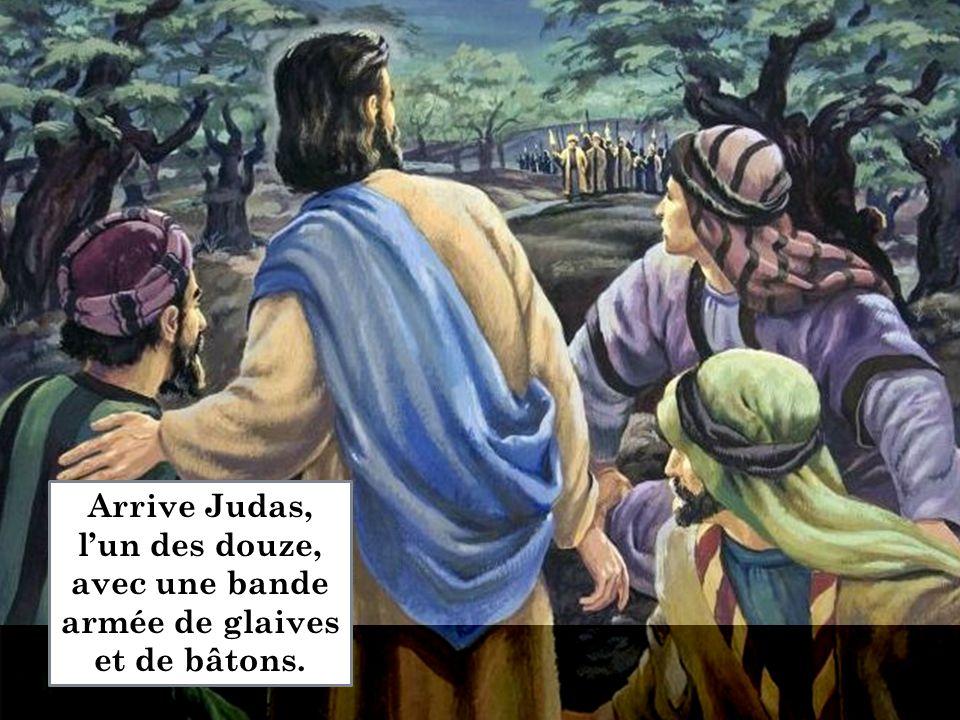 Arrive Judas, l'un des douze, avec une bande armée de glaives et de bâtons.