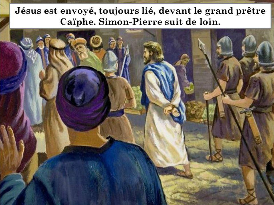 Jésus est envoyé, toujours lié, devant le grand prêtre Caïphe. Simon-Pierre suit de loin.