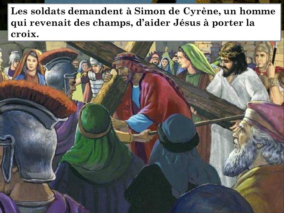 Les soldats demandent à Simon de Cyrène, un homme qui revenait des champs, d'aider Jésus à porter la croix.