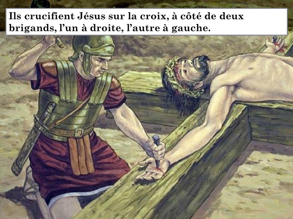 Ils crucifient Jésus sur la croix, à côté de deux brigands, l'un à droite, l'autre à gauche.