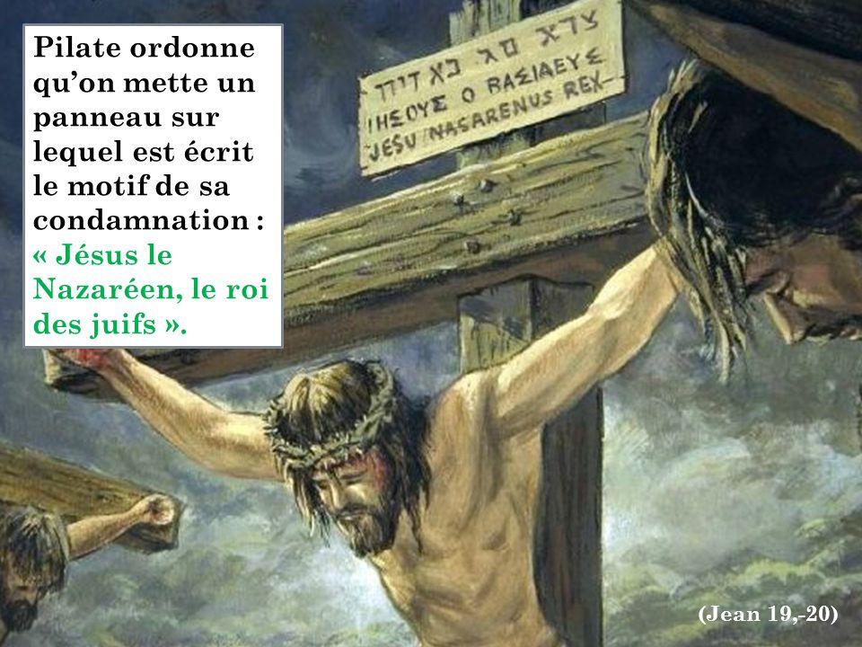 Pilate ordonne qu'on mette un panneau sur lequel est écrit le motif de sa condamnation : « Jésus le Nazaréen, le roi des juifs ». (Jean 19,-20)