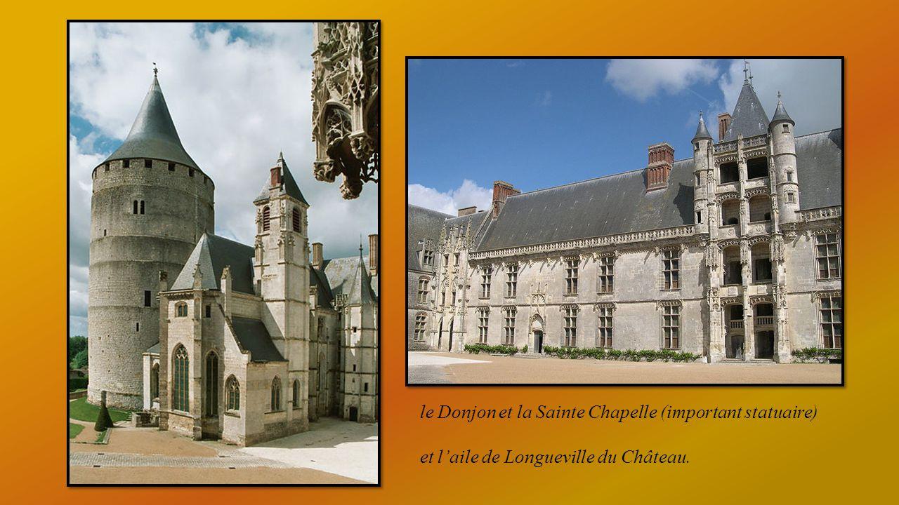 Château forteresse sur promontoire rocheux avec donjon circulaire et Sainte Chapelle.