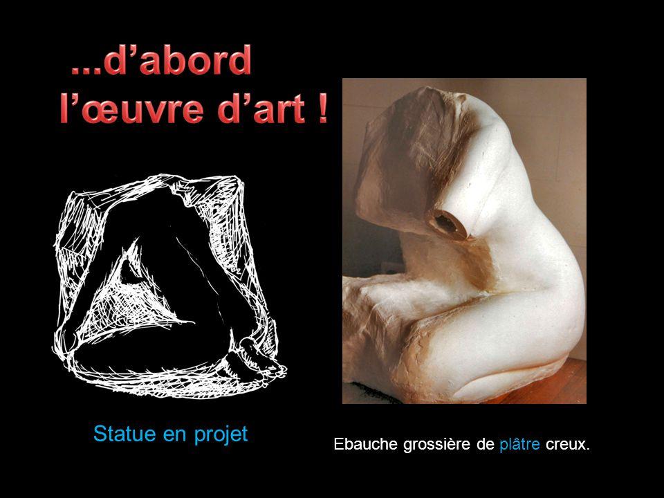 Le fondeur crée une copie de la statue en sable compact.