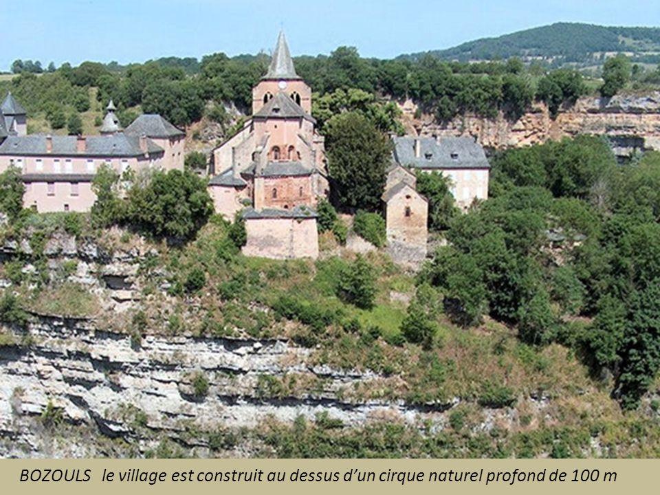 BOZOULS le village est construit au dessus d'un cirque naturel profond de 100 m