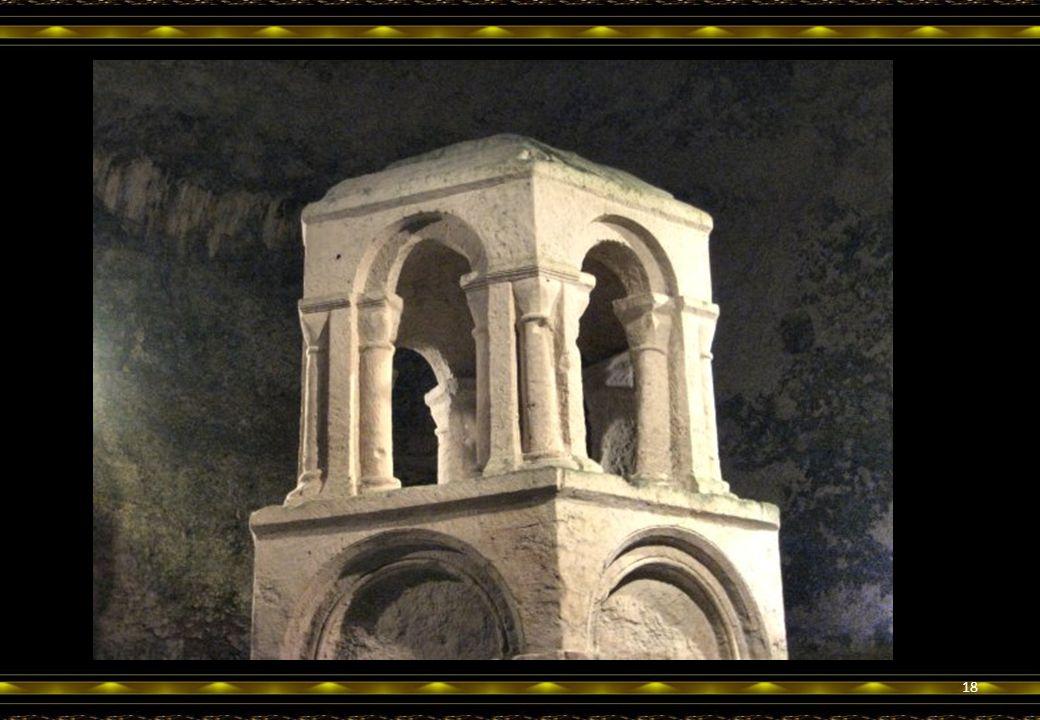 Dans ce qui reste de la grande nef, voici le Reliquaire, lui aussi monolithe, évoquant le Saint Sépulcre de Jérusalem, cher au cœur des croisés.