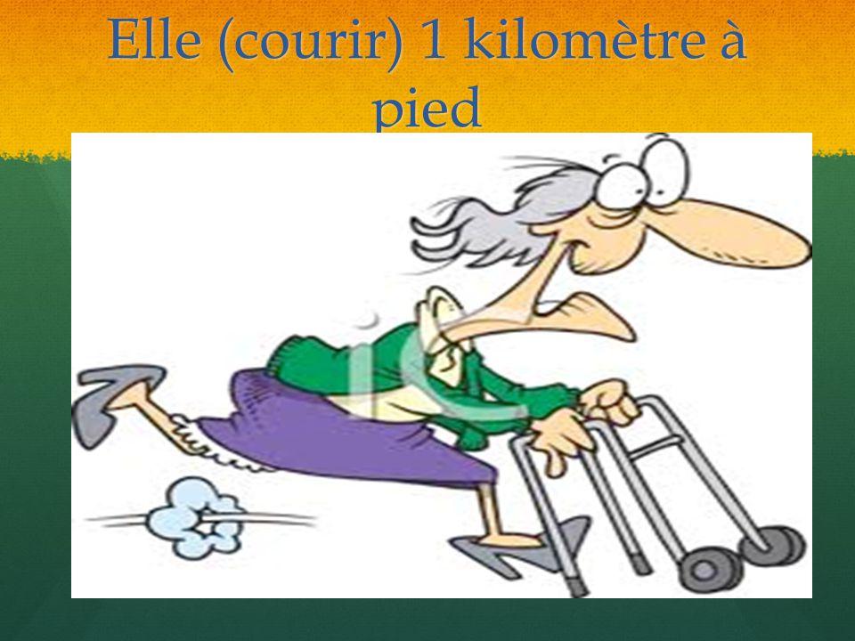 Elle court 1 kilomètre à pied.