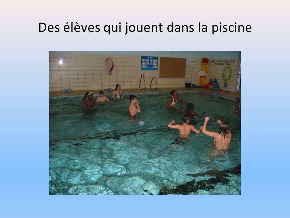Des élèves qui jouent dans la piscine