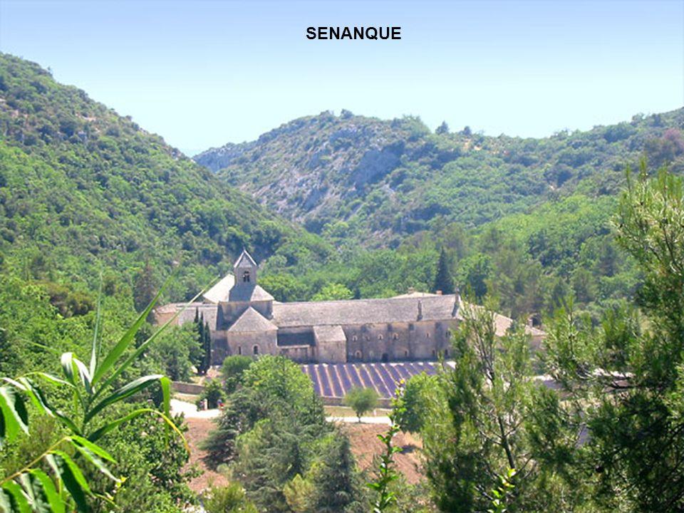 LACOSTE Beau village du Luberon accroché sur un plateau verdoyant, surplombant La vallé de l Aigues, face au village de Bonnieux.