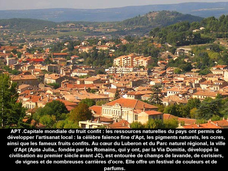 LAURIS Village perché du Luberon, dominant la vallée de la Durance au milieu des vignes et des oliviers.