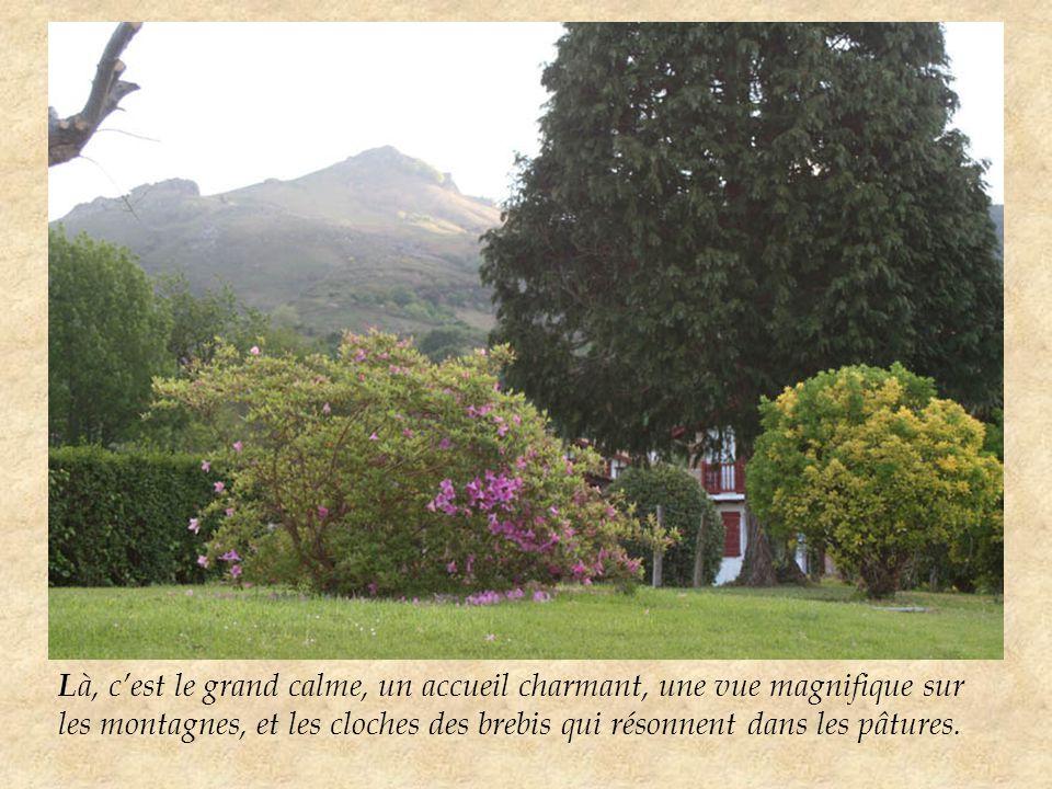 L à, c'est le grand calme, un accueil charmant, une vue magnifique sur les montagnes, et les cloches des brebis qui résonnent dans les pâtures.