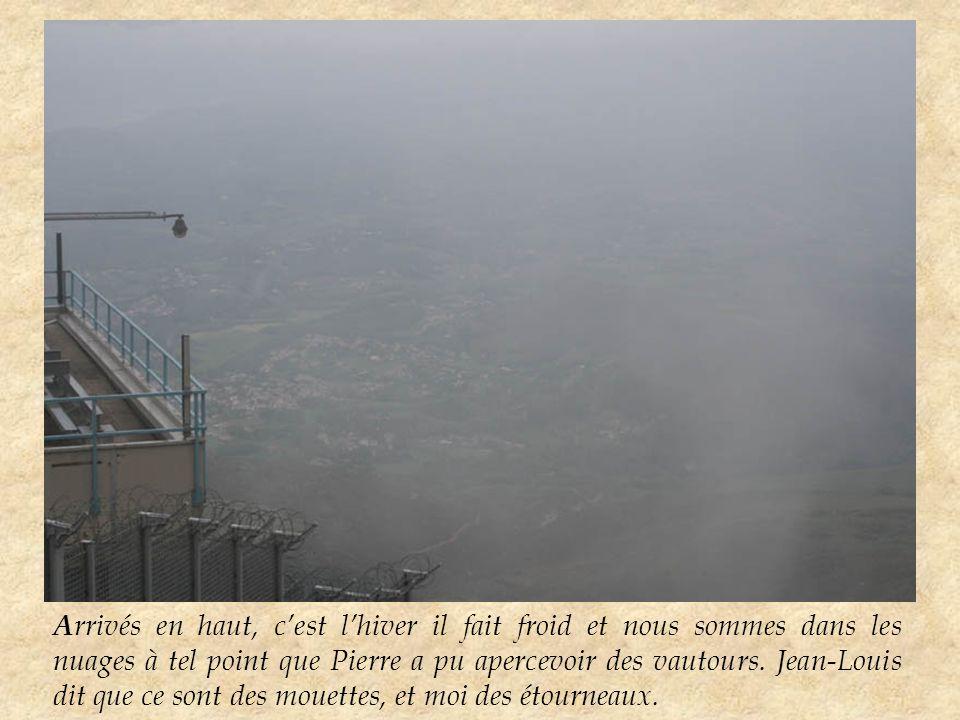 A rrivés en haut, c'est l'hiver il fait froid et nous sommes dans les nuages à tel point que Pierre a pu apercevoir des vautours.