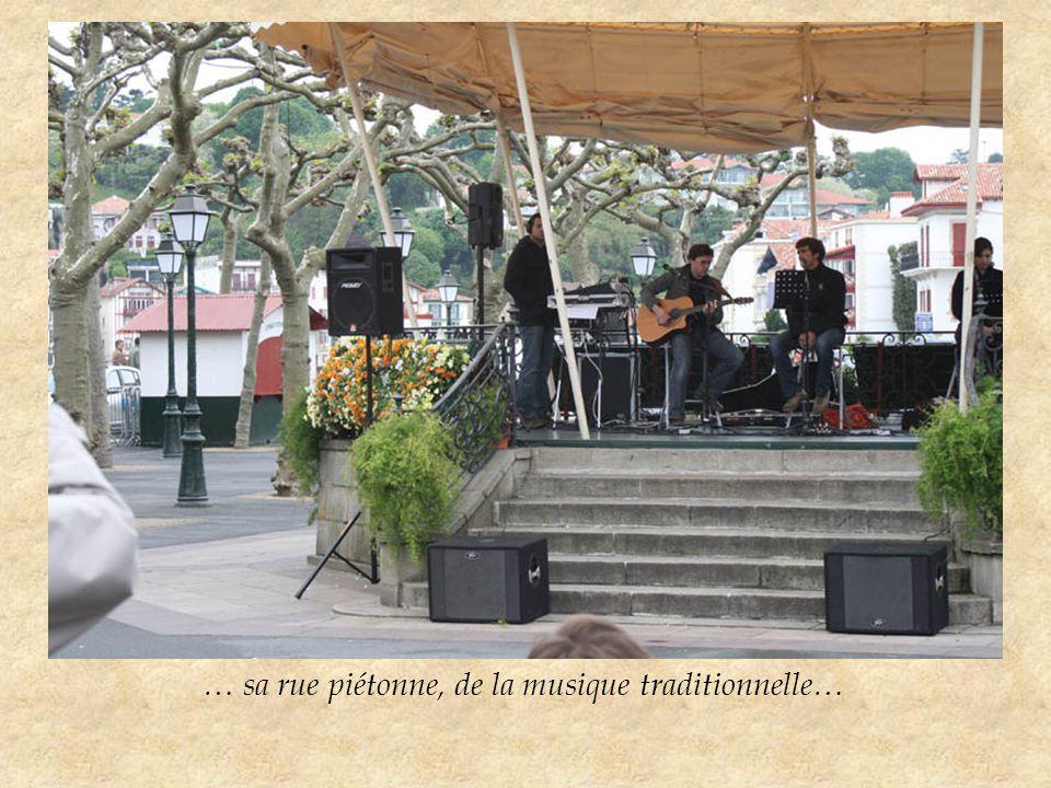 … sa rue piétonne, de la musique traditionnelle…