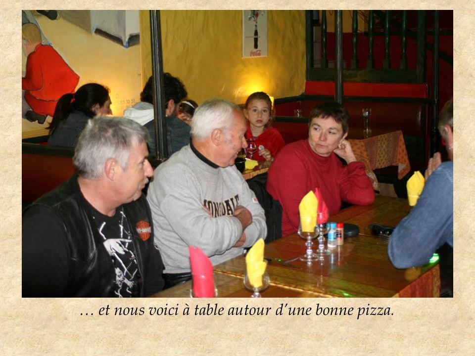 … et nous voici à table autour d'une bonne pizza.