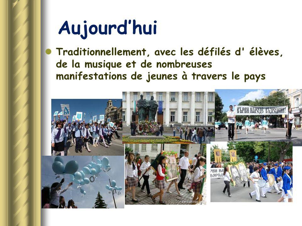 Aujourd'hui Traditionnellement, avec les défilés d' élèves, de la musique et de nombreuses manifestations de jeunes à travers le pays