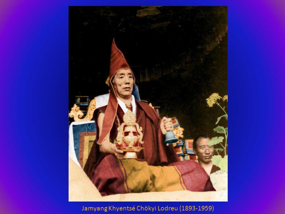 L'instructeur (le Bouddha Shakyamouni) est apparu en ce monde Et la lumière des Enseignements brille comme le soleil.